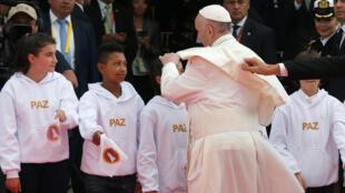 El papa Francisco saluda a niños al llegar a Bogotá, el 6 de septiembre de 2017.