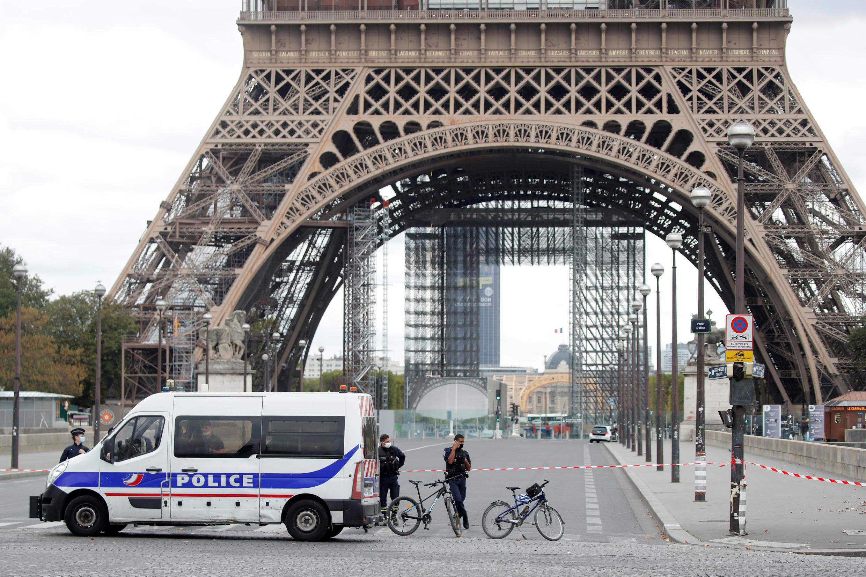 В операции, проводившейся в 30 департаментах Франции, было задействовано 220 сотрудников полиции.