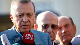 رجب طیب اردوغان رئیس جمهوری ترکیه، بعد از ادای نماز عید فطر با رسانهها گفتگو میکند. ٤ تیر/ ٢۵ ژوئن ٢٠۱٧