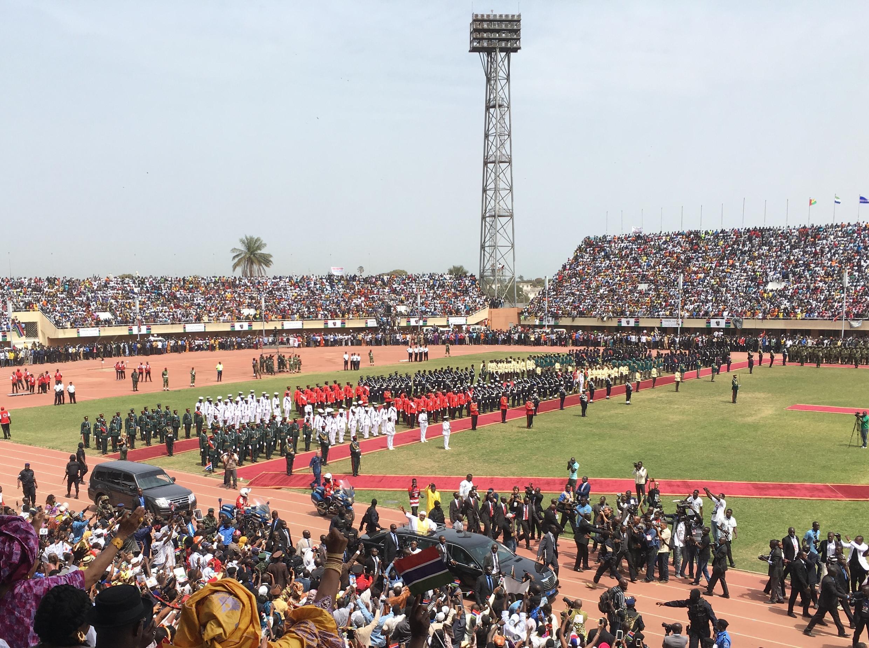 Le président gambien Adama Barrow à son arrivée au stade de Bakau à Banjul pour sa cérémonie d'investiture, le 18 février 2017.