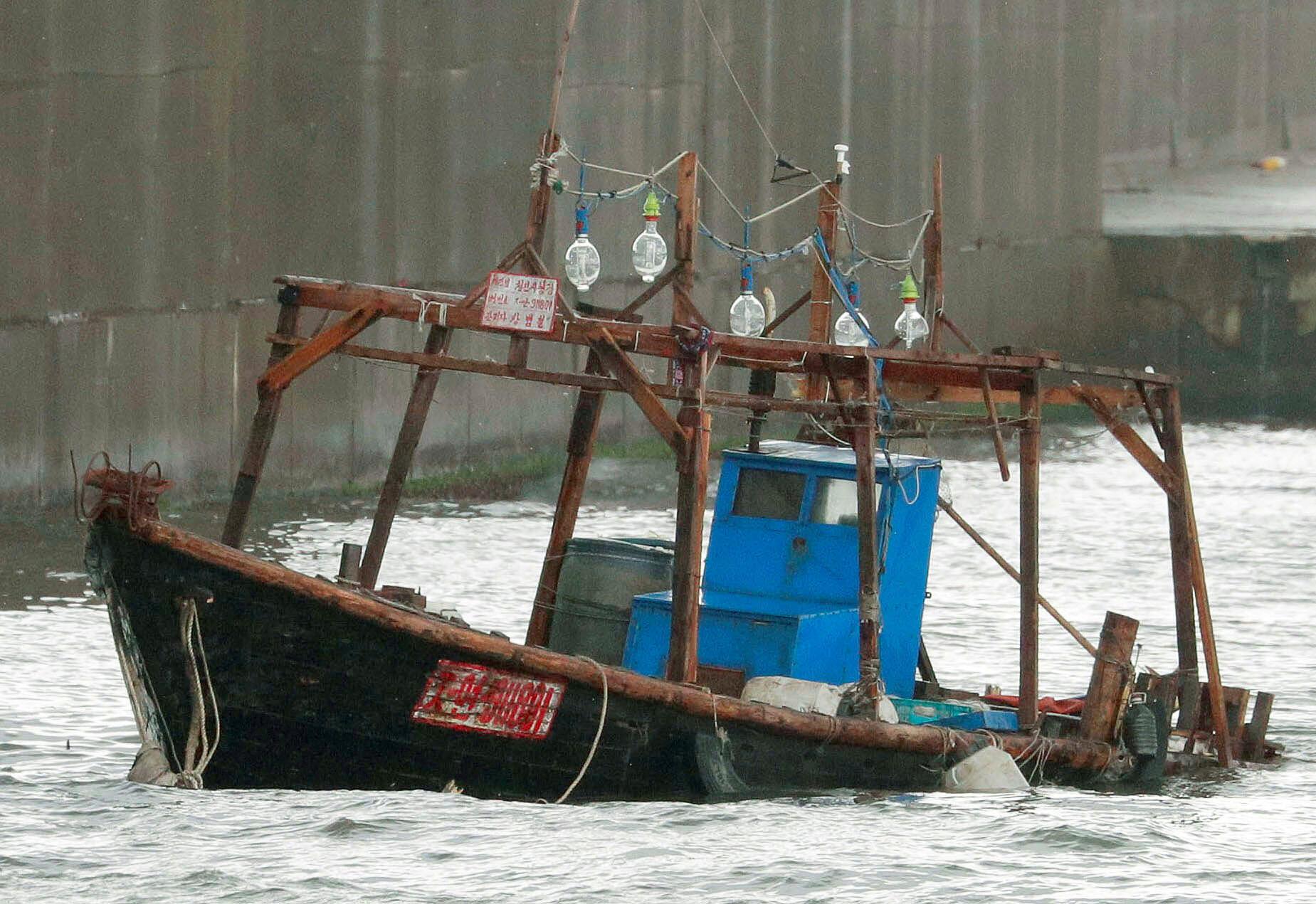 Một thuyền gỗ có tám người bị nghi là ngư dân Bắc Triều Tiên bị cảnh sát Nhật chặn bắt ở ngoài khơi Yurihonjo, Akita, ngày 24/11/2017.