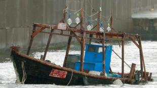 日本警方在秋田县附近发现一艘破损木船,怀疑船上死者可能是朝鲜渔民。