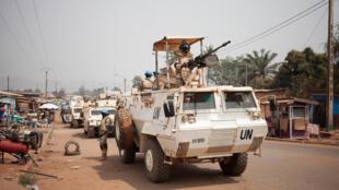 Des contingents des Nations unies patrouillent dans les rues de Bangui, en RCA, le 17 janvier 2018.