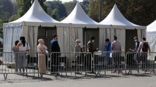 Pour fluidifier le trafic devant les laboratoires, une vingtaine de centres de dépistage prioritaire ont ouvert en début de semaine en Île-de-France.