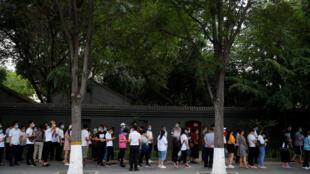 在北京爆發新冠狀病毒病之後,6月18日,人們在臨時測試中心外面排隊接受核酸測試。