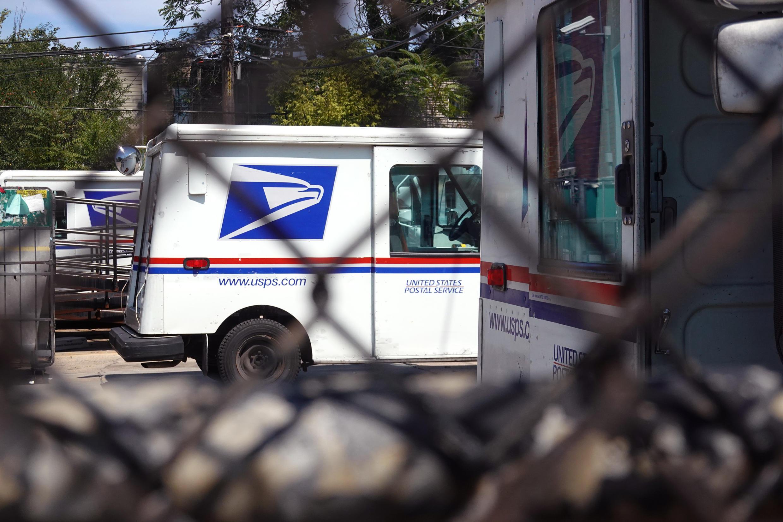 Des véhicules postaux installés dans un établissement du service postal des États-Unis le 13 août 2020 à Chicago, dans l'Illinois.