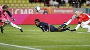 Le gardien de Monaco, Stéphane Ruffier, repousse la tête du Lyonnais Jean II Makoun.