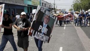 Estudiantes de la Universidad de San Carlos participaron en la manifestación para exigir la renuncia del presidente Otto Pérez, el 27 de agosto en la capital gutemalteca.