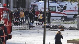 Les secours sont arrivés sur les lieux de l'explosion dans le quartier touristique de Sultanahmet, près de la basilique Sainte-Sophie et de la Mosquée bleue, à Istanbul, le 12 janvier 2016.