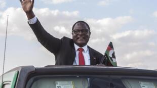 Lazarus Chakwera saluda a su llegada al último mitin de la campaña electoral de Malaui, el 20 de junio de 2020 en la zona de Mtandire, en los suburbios de Lilongwe