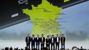 Os ciclistas Christopher Froome, Egan Bernal, Steven Kruijswijk, Thibaut Pinot, Caleb Ewan, Julian Alaphilippe, Warren Barguil e Romain Bardet posam em frente ao mapa da Volta à França em 2020