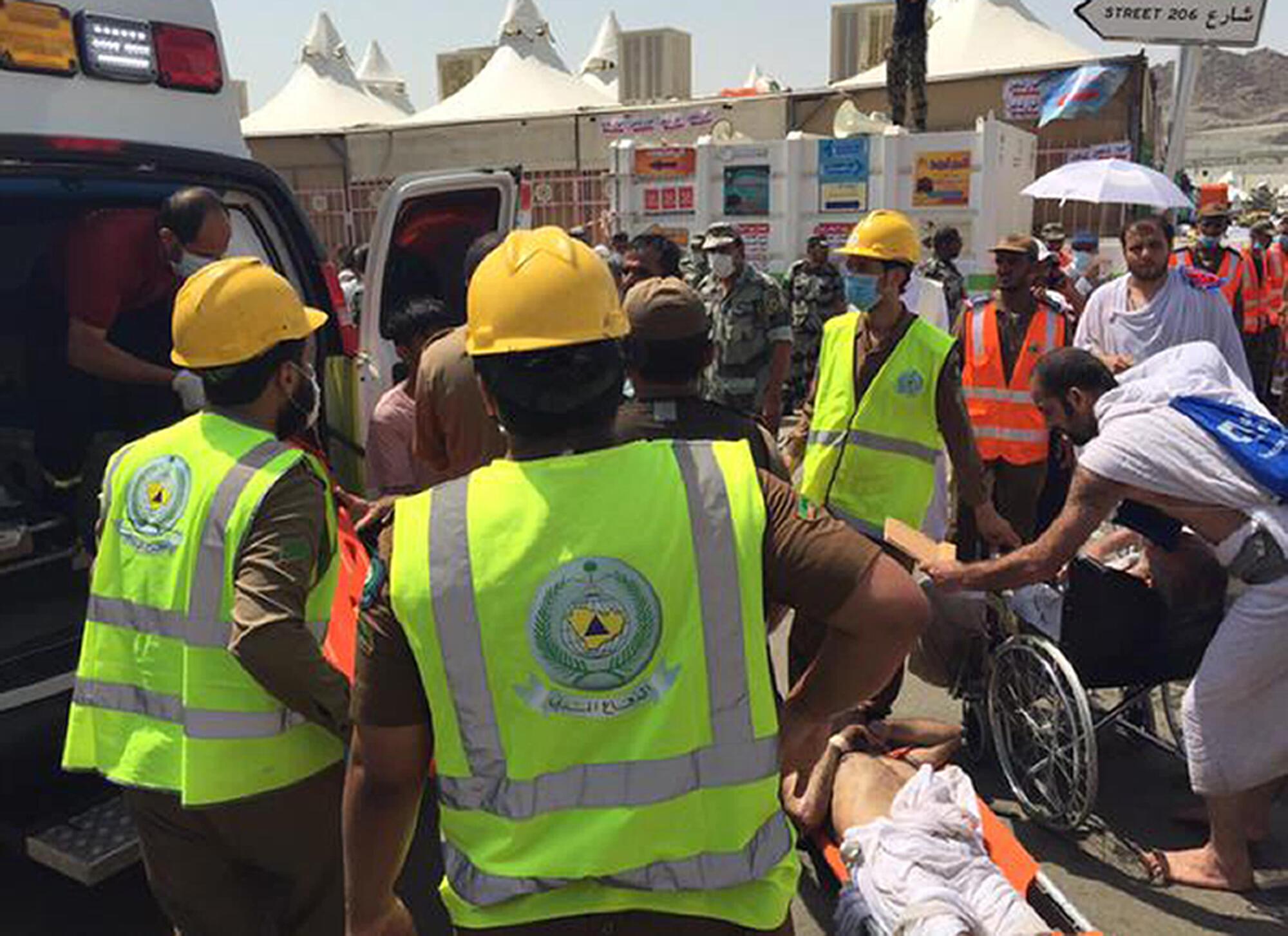 Socorristas ajudam civis depois do tulmuto que causou mais de 310 mortes em Mina