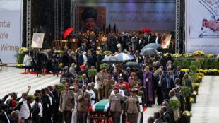 Funeral de Winnie Mandela reuniu milhares de pessoas no estádio de Orlando