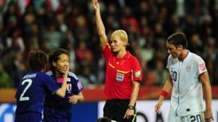 L'arbitre allemande Bibiana Steinhaus donne un carton rouge à la défenseure japonaise Azusa Iwashimizu lors de la finale de la Coupe du monde féminine Japon-Etats-Unis, le 11 juillet 2017 à Francfort en Allemagne.