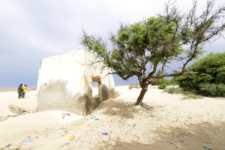 Conséquence du réchauffement climatique au Sénégal : des maisons ont été abandonnées en raison de la montée de la mer.