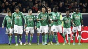 Les joueurs de Saint-Etienne célèbrent leur victoire contre le PSG, au Parc des Princes le 3 novembre 2012.