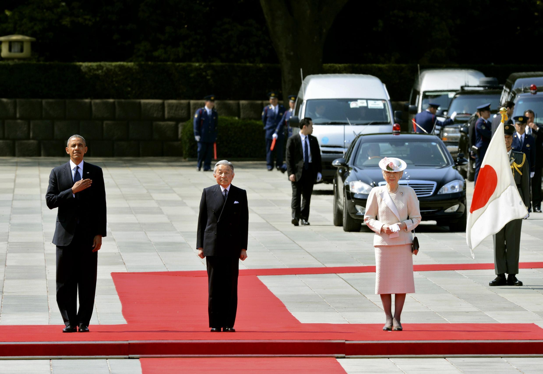 Tổng thống Mỹ Barack Obama (T), Nhật Hoàng Akihito (G) vào Hoàng hậu Michiko dự lễ nghênh đón tại Hoàng cung Tokyo ngày 24/04/2014.