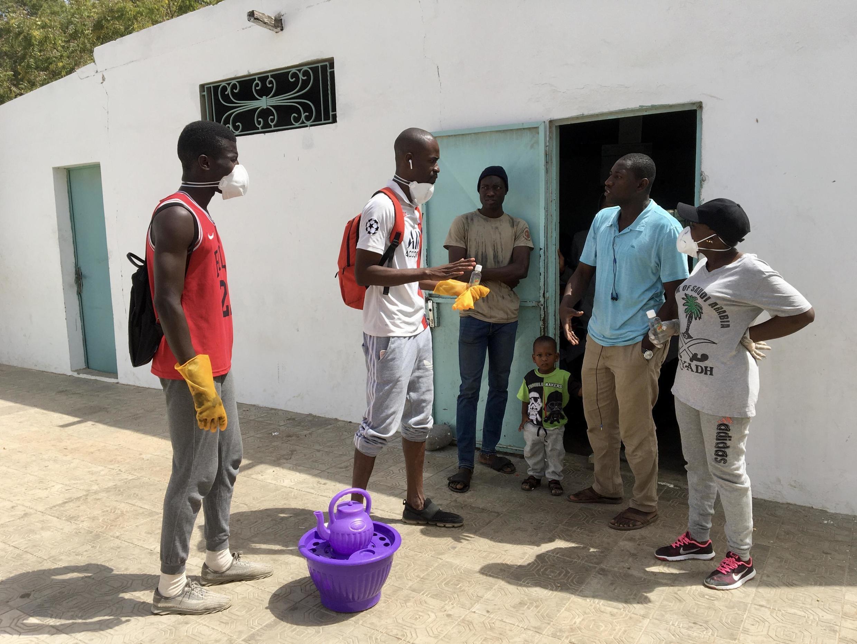 Dans le quartier de Grand Dakar, de jeunes volontaires se mobilisent pour sensibiliser aux bonnes pratiques pour éviter une propagation du Covid-19.