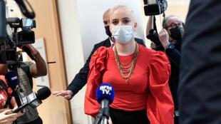 A jovem Mila, ao chegar nesta quinta-feira (3) em um tribunal de Paris para o início do julgamento de 13 pessoas que a assediaram na internet.