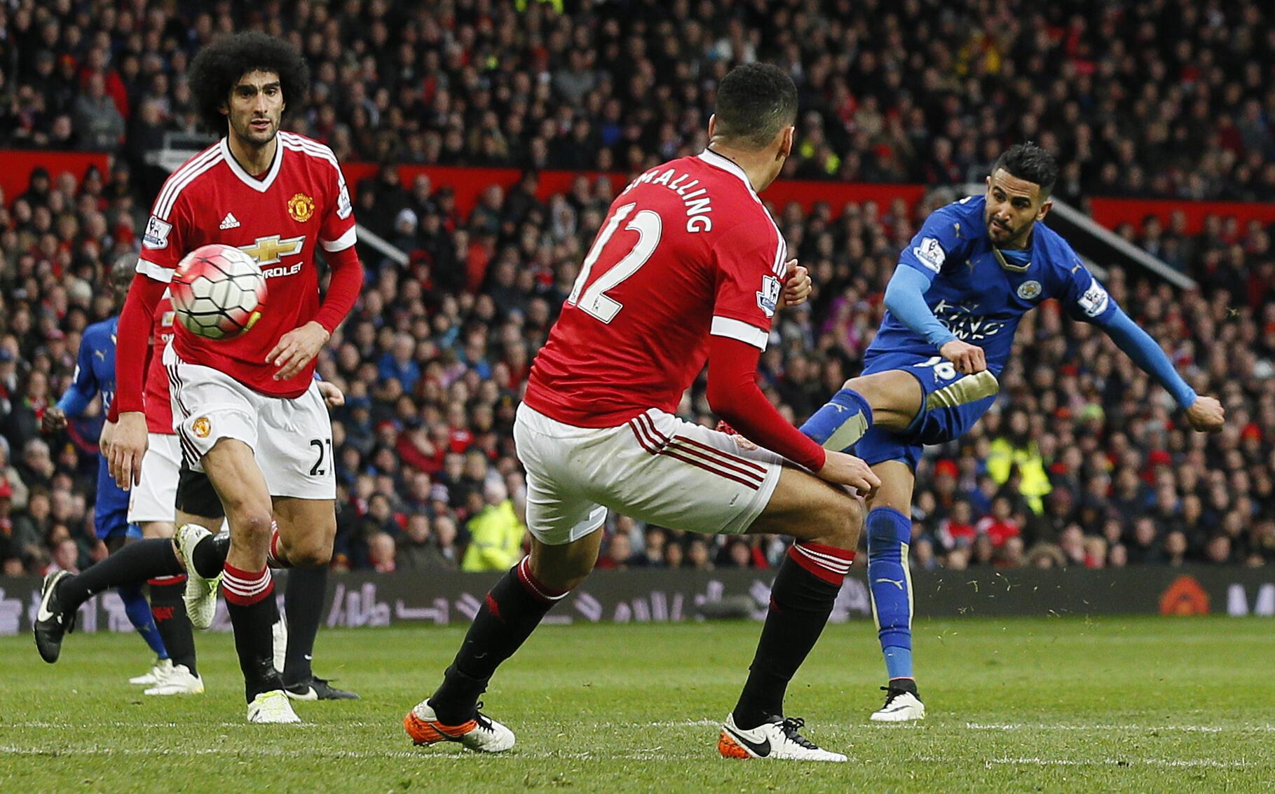 Mchezaji wa Leicester City, Riyad Mahrez, akifumua mkwajo wakati wa mechi dhidi ya Manchester United siku ya Jumapili.
