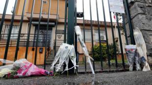 Жители Треба несут цветы к казарме, в которой служил подполковник Арно Бельтрам