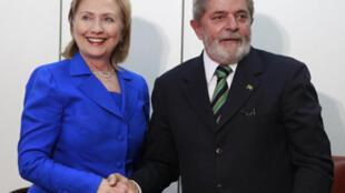 La secrétaire d'Etat américaine Hillary Clinton et le président brésilien Luiz Inacio Lula da Silva. Le Brésil s'oppose à des sanctions contre l'Iran et prône le maintien des négociations au sein de l'AIEA.