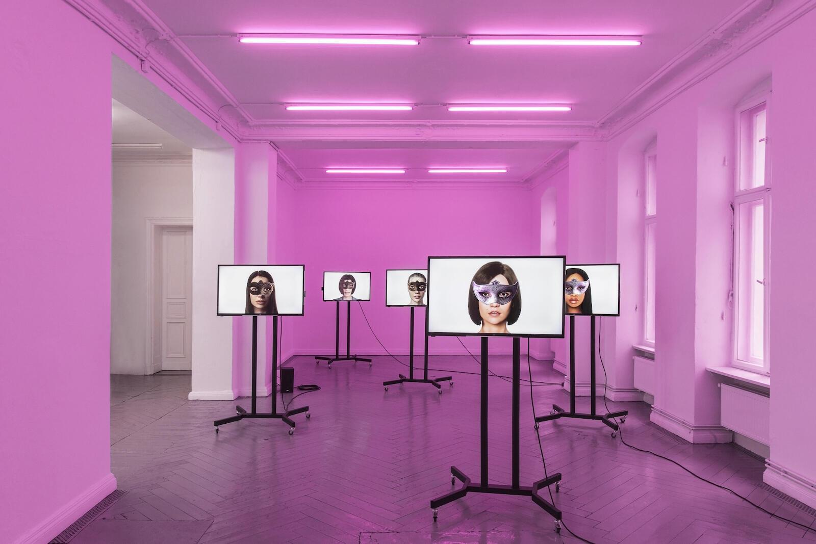Meddiengruppe Bitnik, Ashley Madison Angels At Work in Paris-Pantin, 2019 Instalação vídeo, som, 8:08 min.