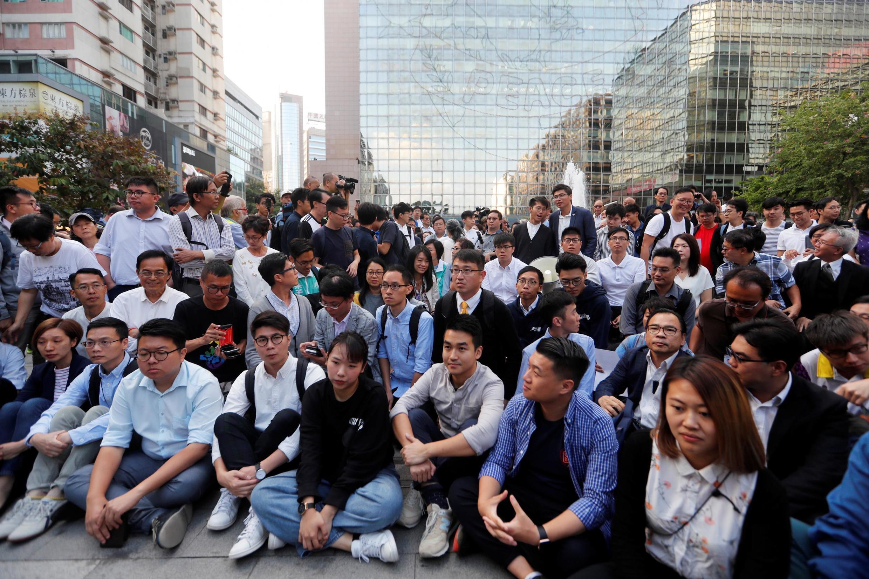 2019年11月25日,在11月24日的区议会选举中获胜的亲民主派候选人在香港理工大学门外,声援仍被警方围困在校内的示威者。