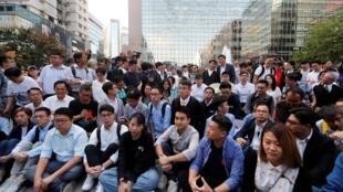 2019年11月25日,在11月24日的區議會選舉中獲勝的親民主派候選人在香港理工大學門外,聲援仍被警方圍困在校內的示威者。