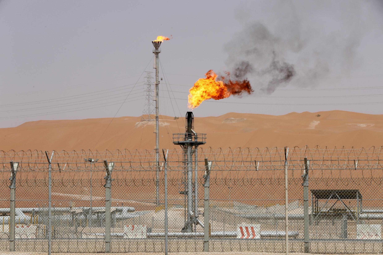 عربستان تولید نفت خود را یک میلیون بشکه کاهش می دهد تا از سقوط قیمت آن جلوگیری کند.