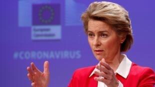 La presidenta de la Comisión Europea (CE) Ursula von der Leyen abogó este miércoles por llevar a cabo una detección masiva de la población, invertir más en personal y materias, así como apostar al desarrollo de una vacuna para avizorar una salida progresiva de cuarentena.