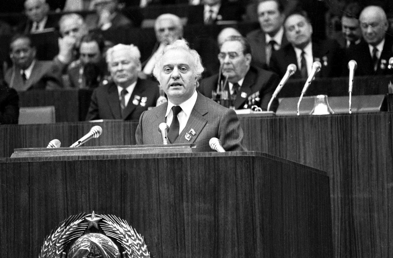 Первый секретарь Компартии грузинской ССР Эдуард Шеварднадзе выступает перед съездом ЦК КПСС в 1981 году в Москве.
