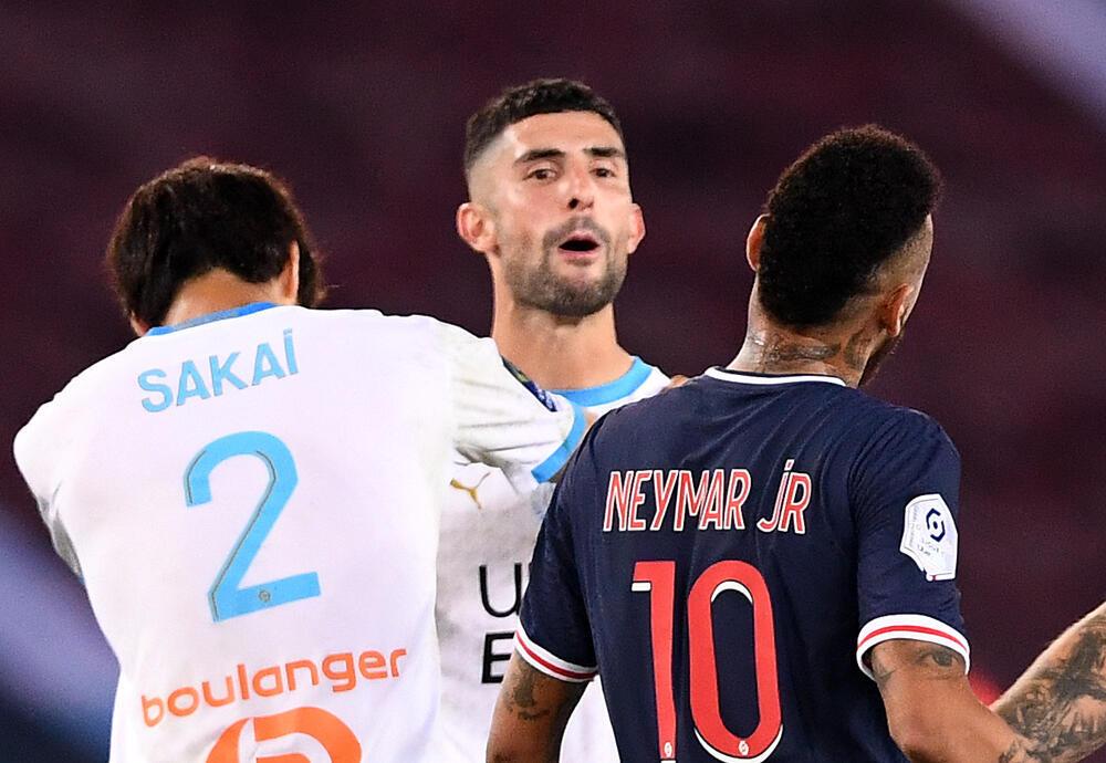 La star du PSG Neymar échange des propos avec le défenseur marseillais Alvaro Gonzalez lors du classique disputé au Parc de Princes, le 13 septembre 2020