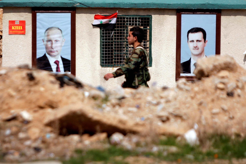 Soldado sírio caminha no leste de Guta oriental, em imagem de fevereiro de 2018.