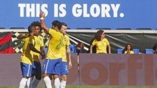 Jogadores festejam o gol de Hulk que deu a vitória a seleção brasileira contra a Costa Rica, no amistoso deste sábado (5)