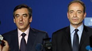 El secretario general de la UMP, Jean-François Copé y el ex primer ministro François Fillon, durante un meeting en París el 26 de mayo de 2012.