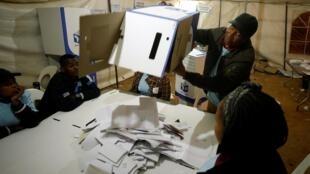 Opération de dépouillement après les élections générales en Afrique du Sud, le 8 mai 2019.