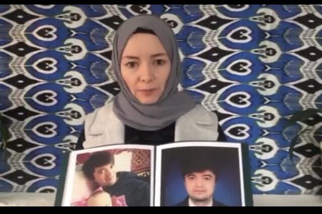 Rizwangul Nur Muhammed, une jeune femme ouïghoure, tient la photo de son frère Mewlan disparu dans le Xinjiang en 2017.