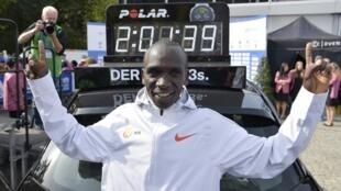 Eliud Kipchoge a battu le record du monde du marathon à Berlin en 2h01mn39s, le 16 septembre 2018.