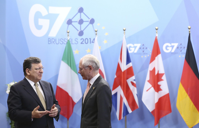 José Manuel Barroso (e), presidente da Comissão Europeia, conversa com Herman Van Rompuy (d), presidente do Conselho Europeu, enquanto esperam a chegada de chefes de estado para a reunião de cúpula do G7, em Bruxelas, nesta quarta-feira, 4 de junho de 2014