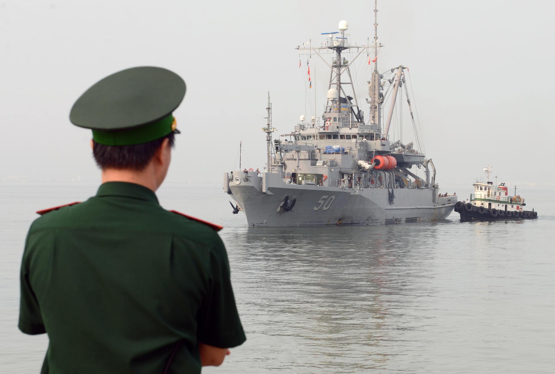 Quân hạm Mỹ USNS Safeguard (T-ARS 50) ghé cảng Đà Nẵng ngày 7/04/2014.