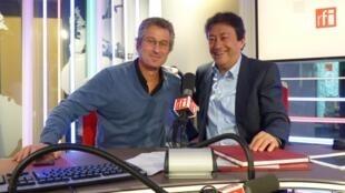 El fotógrafo argentino Andrés Wertheim con Jordi Batallé en el estudio 151 de RFI