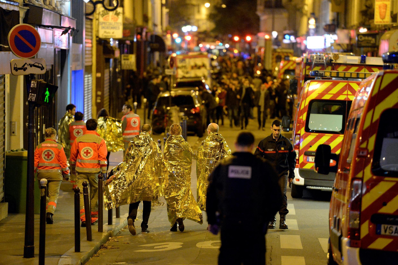 Foto de archivo tomada el 14 de noviembre de 2015, que muestra a personas siendo evacuadas cerca de la sala de conciertos Bataclan en el centro de París
