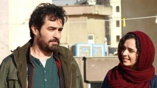"Emad (Shahab Hosseini) e Rana (Taraneh Alidoosti) em ""O Apartamento"". de Asghar Farhadi."