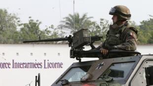 """A Operação da ONU na Costa do Marfim e a operação """"Licorne"""", força armada francesa no país, patrulham  as ruas de Abidjan."""