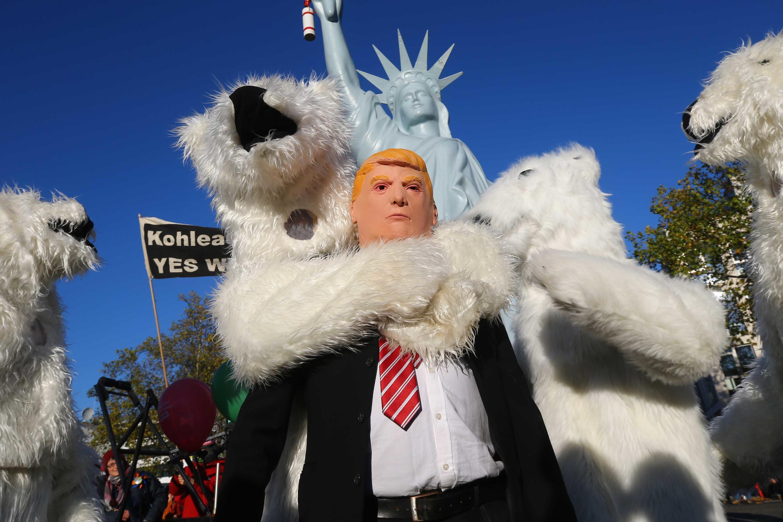 Manifestantes da marcha pelo clima, em Bonn, não pouparam críticas a Donald Trump. Cidade alemã abrigará conferência da ONU sobre as mudanças climáticas.
