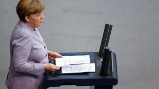 Chanceler Angela Merkel discursa para deputados em Berlim, em 27 de abril de 2017