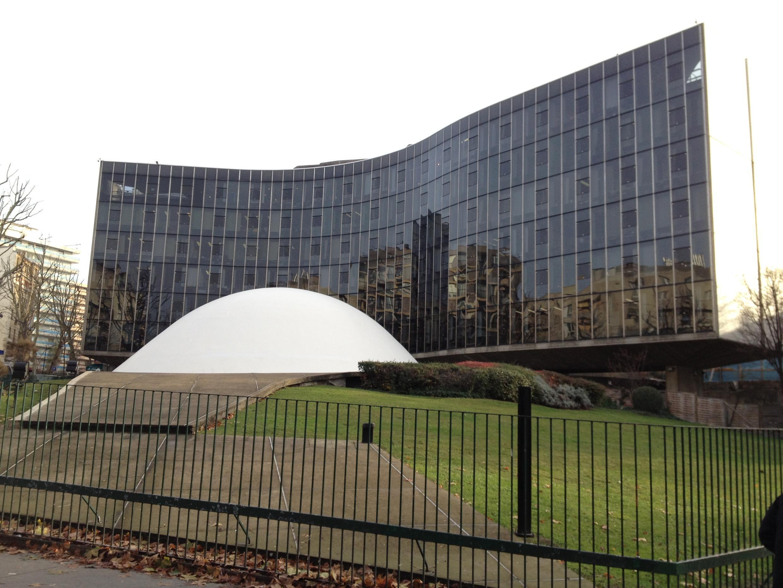 Штаб-квартира  Компартии Франции в Париже. Здание построено архитектором  Оскаром Нимейером в 1971 году.