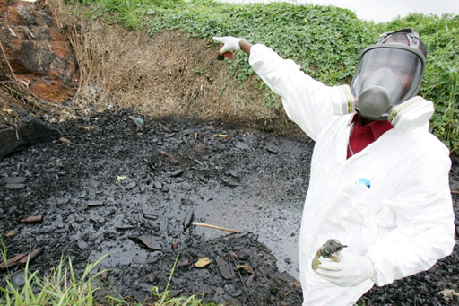 La cargaison toxique du Probo Koala qui aurait dû être décontaminée aux Pays-Bas, avait été répandue dans des décharges autour d'Abidjan, provoquant la mort de 17 personnes, en septembre 2006.