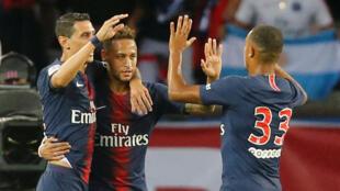 Neymar (centro) apontou o primeiro golo do Paris Saint-Germain nesta temporada 2018/2019.